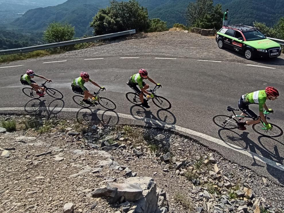 Los equipos Elite-Sub23 y Junior del Club Ciclista Oscense, preparados