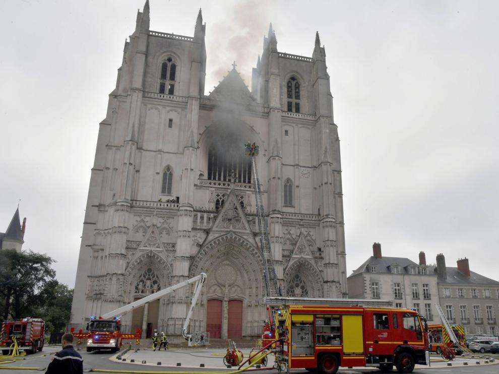 Los bomberos dan por controlado el incendio declarado en el interior de la catedral de Nantes