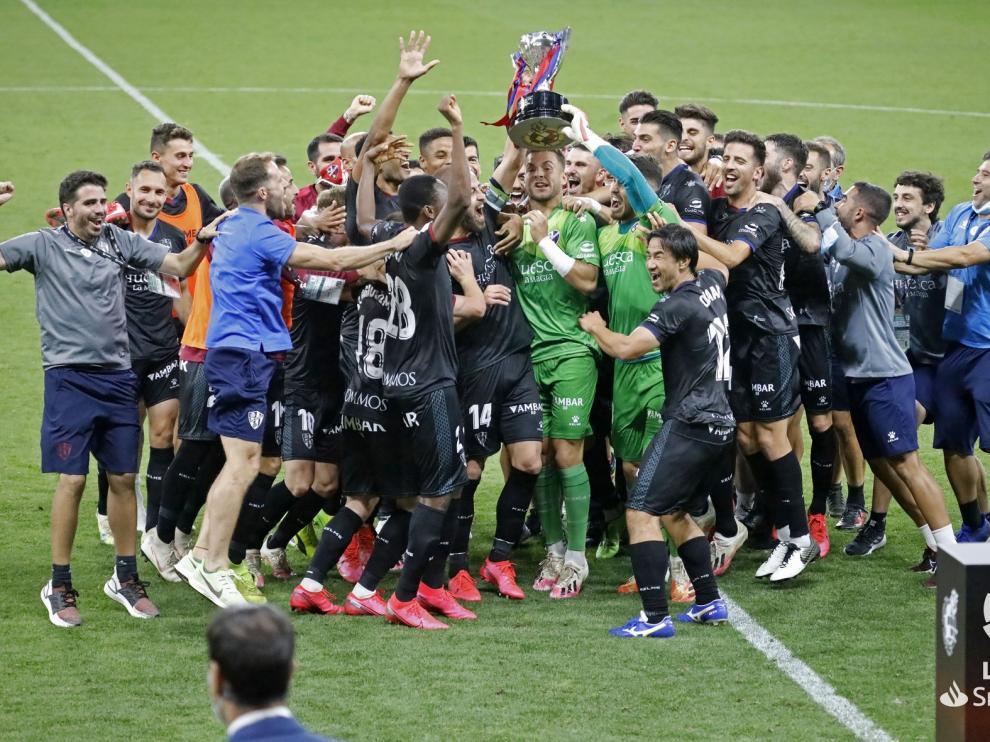 ¡¡¡ CAMPEONES !!! El Huesca pone la guinda a un año de ensueño y levanta el trofeo de líder