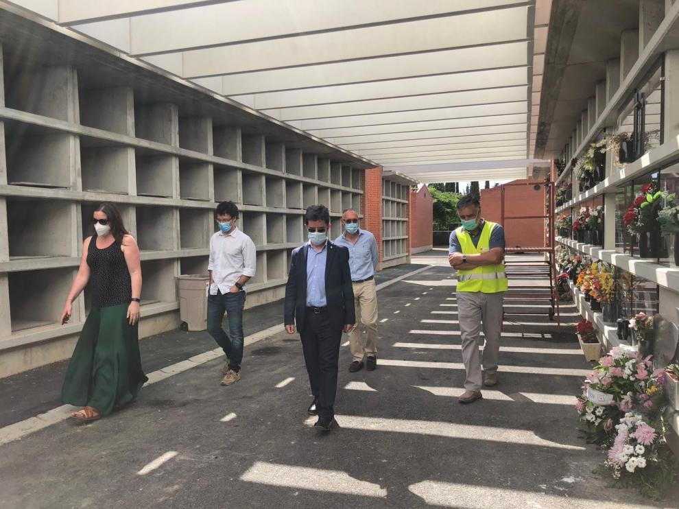El alcalde de Huesca visita el Cementerio Municipal tras la construcción de 216 nuevos nichos y una pérgola
