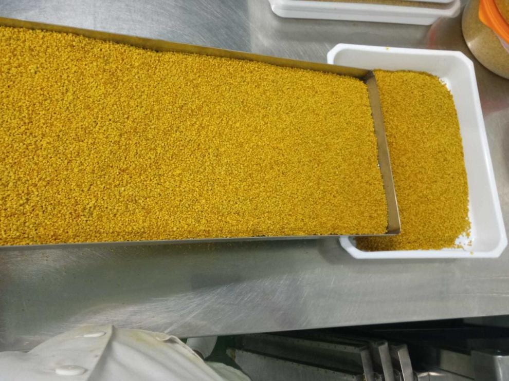 Envasan polen, propóleo y miel en el vivero de Biescas