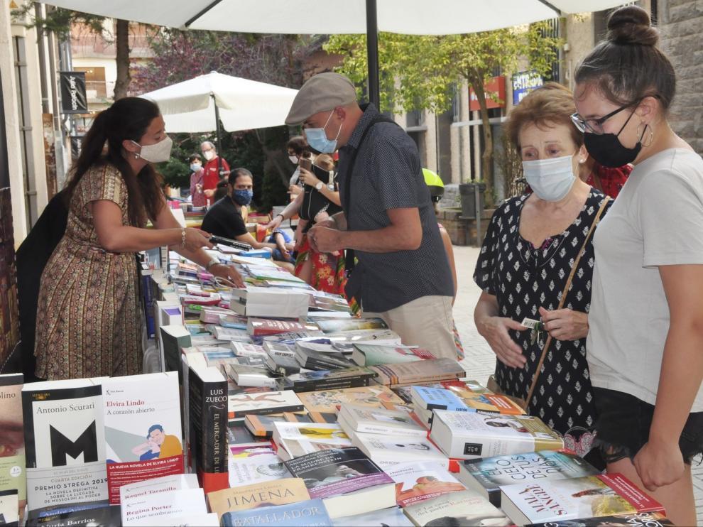 Jaca celebra una animada jornada con las librerías en el Pasaje del Carmen