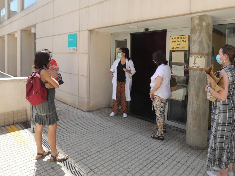 """Algunos usuarios se quejan por llamar """"hasta diez veces"""" a los centros de salud de Huesca sin obtener respuesta"""