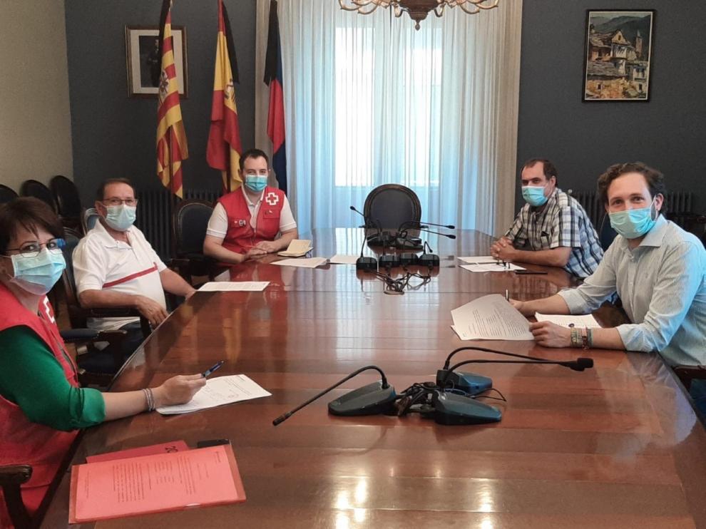 Monzón analiza con Cruz Roja las actuaciones durante la crisis sanitaria