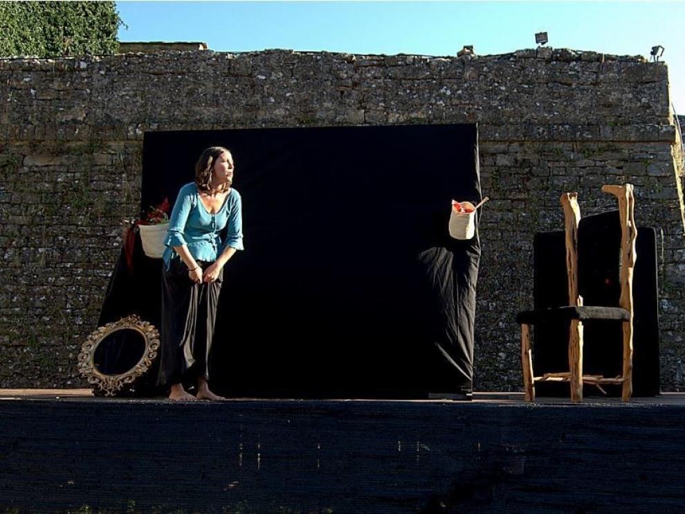 """Bea Silvestre, una """"Blancanieves"""" transgresora que cautiva en Aínsa"""