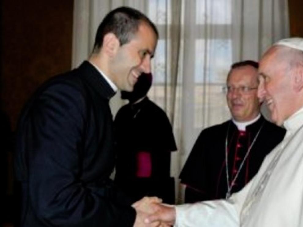 El papa elige como nuevo secretario personal al italiano Fabio Salerno