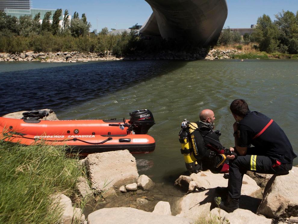 Continúa la búsqueda del hombre que se hundió en el Ebro