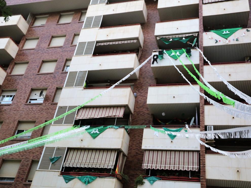 La fiesta balconera del Pasaje Almériz se inicia con albahaca y mairalesas