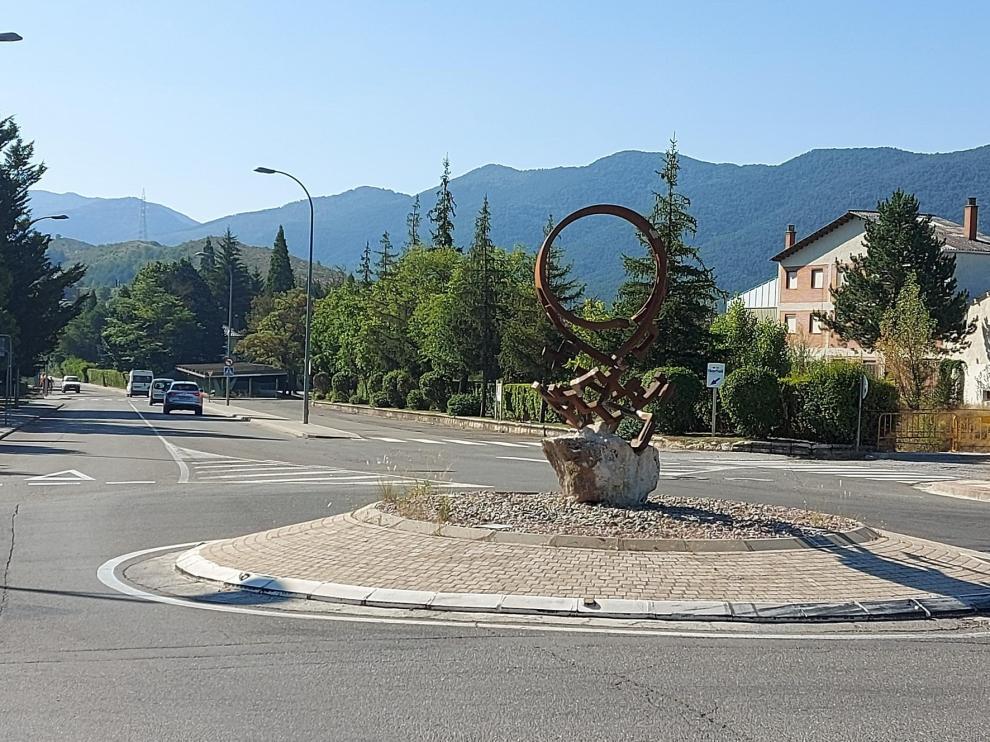 Vuelve a su sitio la escultura de la rotonda de la avenida de Huesca en Sabiñánigo