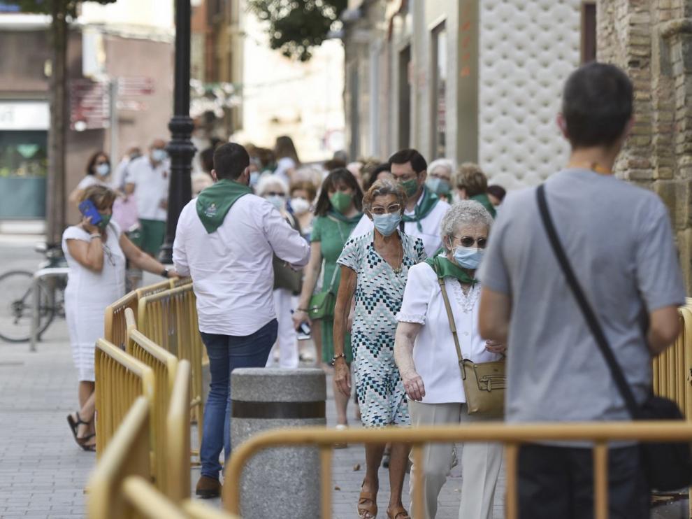Filas en la basílica para ver a San Lorenzo en Huesca