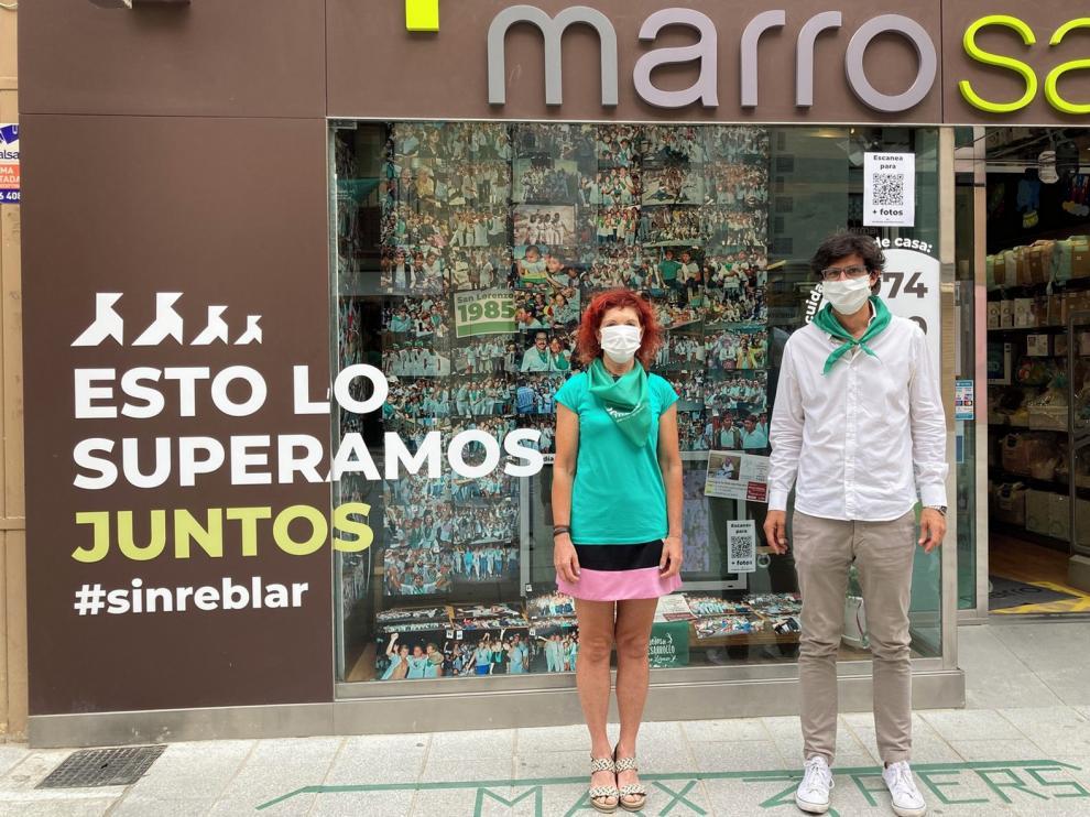 Imágenes laurentinas solidarias en el escaparate de La Farmacia Marro de Huesca