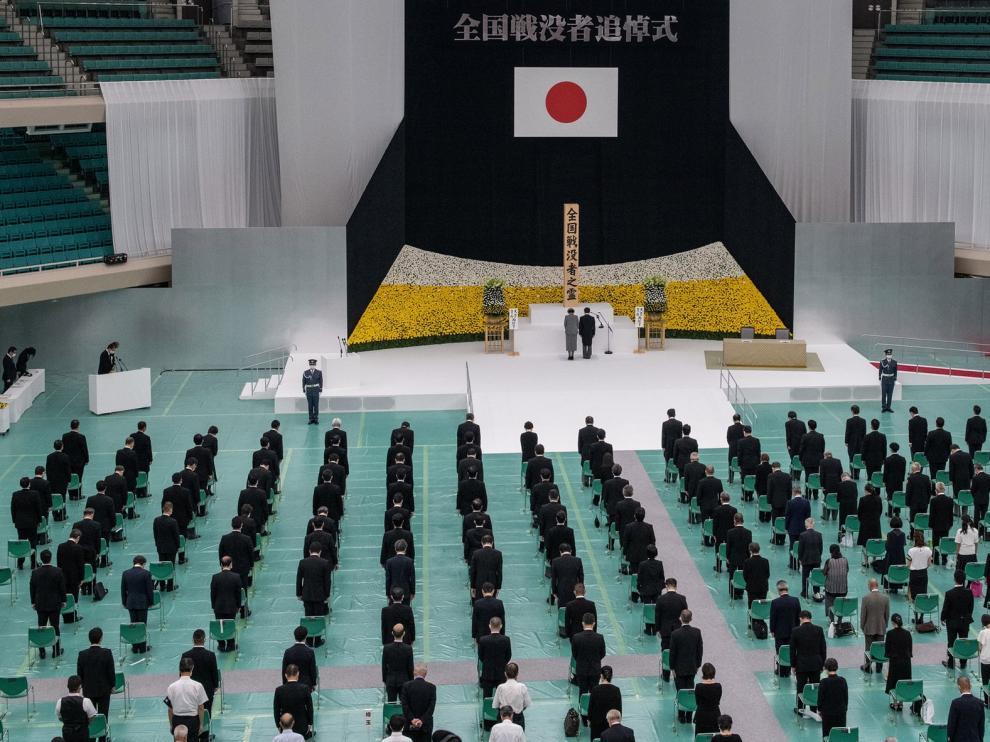 """Naruhito y Abe piden """"no repetir"""" los estragos de la II GM"""