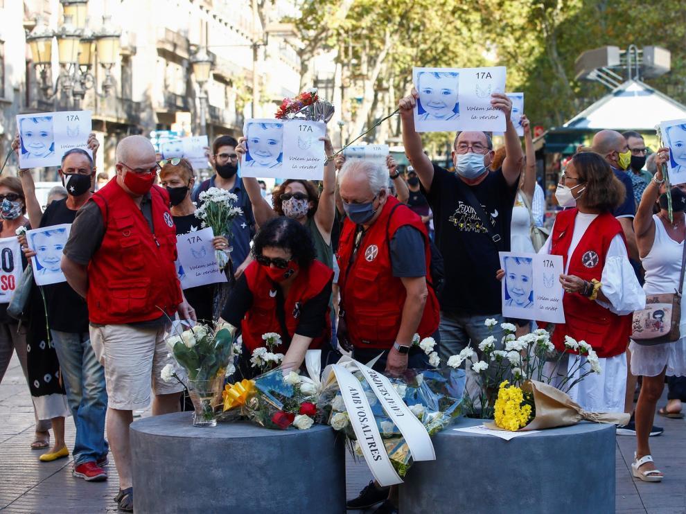 Barcelona homenajea con silencio y claveles blancos a las víctimas del 17A