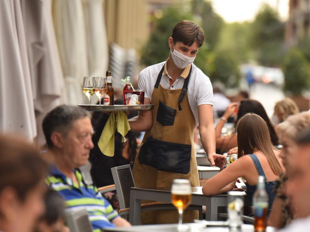 Aragón ordena cerrar bares de copas y limita el tabaco en público