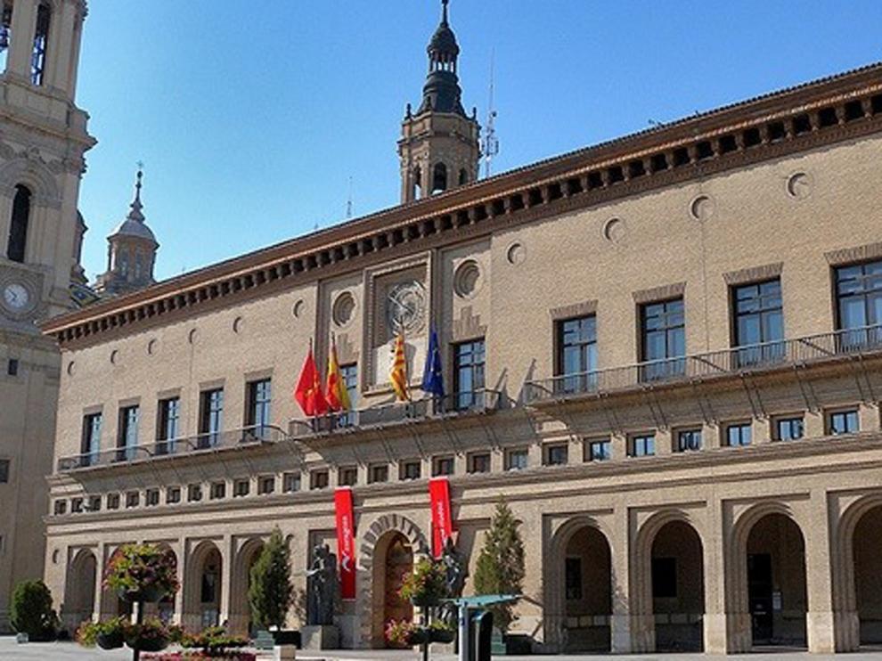 Los bomberos de Zaragoza desinfectan la tercera planta de la Casa Consistorial por un brote del coronavirus