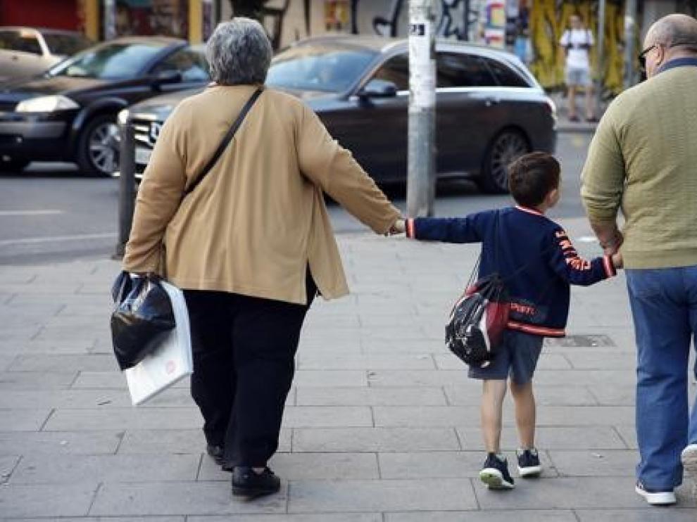 Aragón Despierta pide no olvidar a los mayores que recogen a sus nietos en el colegio