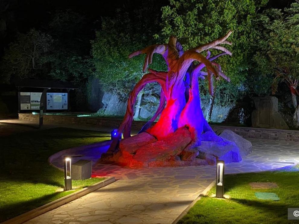 """Villanúa homenajea a sus """"brujas"""" en la nueva plaza de la Oficina de Turismo"""
