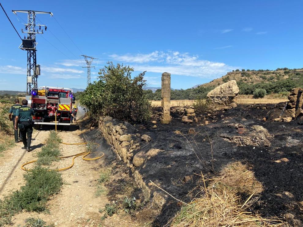 Los vecinos de Velillas colaboran activamente para sofocar un incendio próximo al pueblo