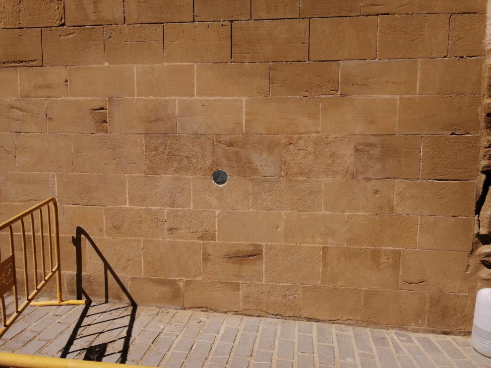 Eliminados varios grafitis con insultos de la Catedral y de San Pedro el Viejo en Huesca