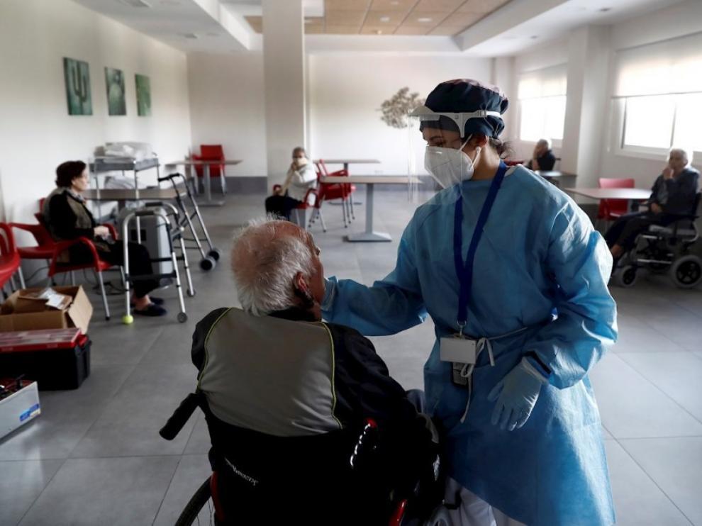 """Simón califica de """"suave"""" el aumento de brotes de coronavirus en residencias y apunta que España trabaja """"duro"""" en el sector"""