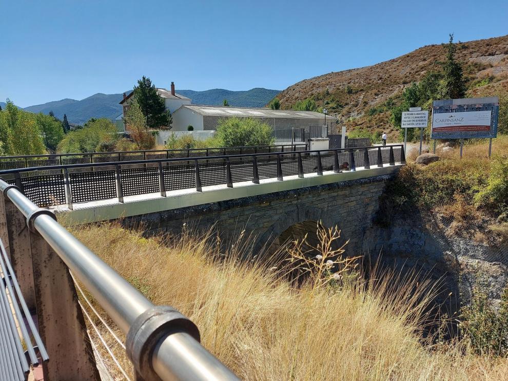 Sabiñánigo cambia la valla del puente sobre la vía del tren