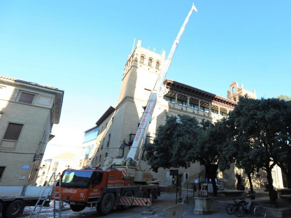Montan una gran grúa para tareas en el Palacio Consistorial de Huesca