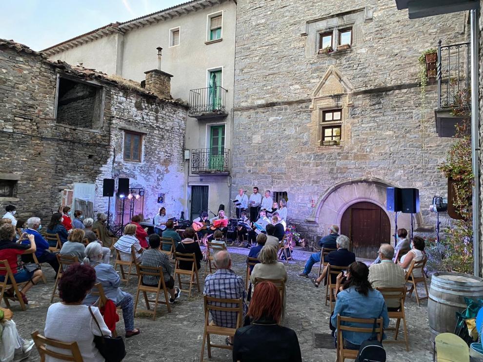 """La Agrupación Musical Santa Elena actúa en Biescas """"a la luz de la luna"""""""