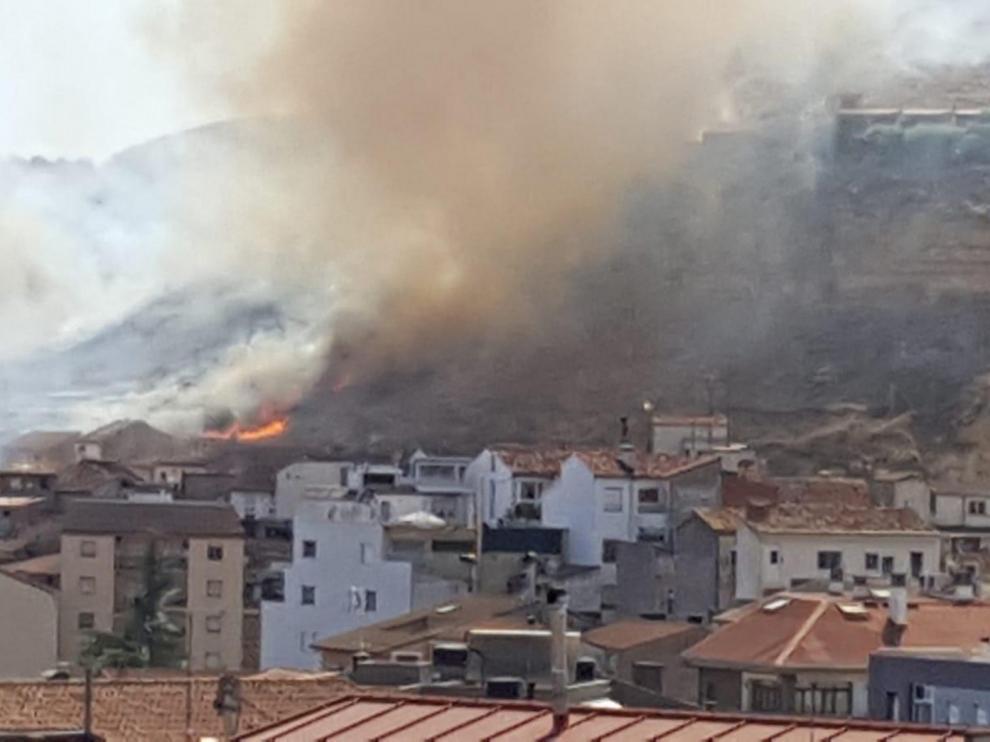 Bomberos de la Comarca extinguen un incendio de matorral en las faldas del Castillo de Monzón