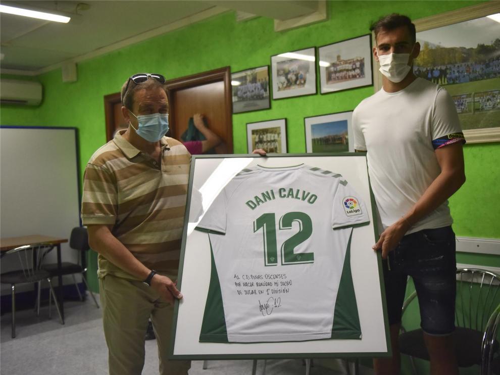 Dani Calvo entrega su camiseta del escenso con el Elche al Peñas Oscenses