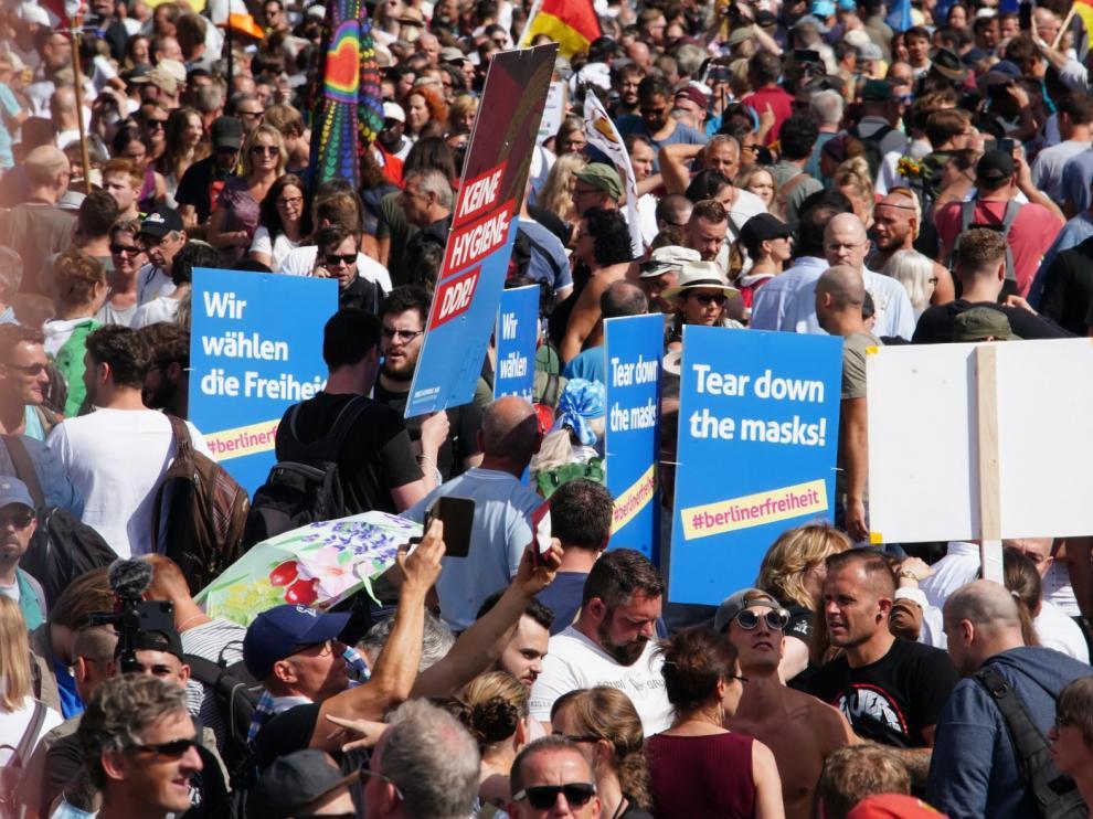 "Berlín detiene la desafiante marcha del negacionismo ""antimascarilla"""