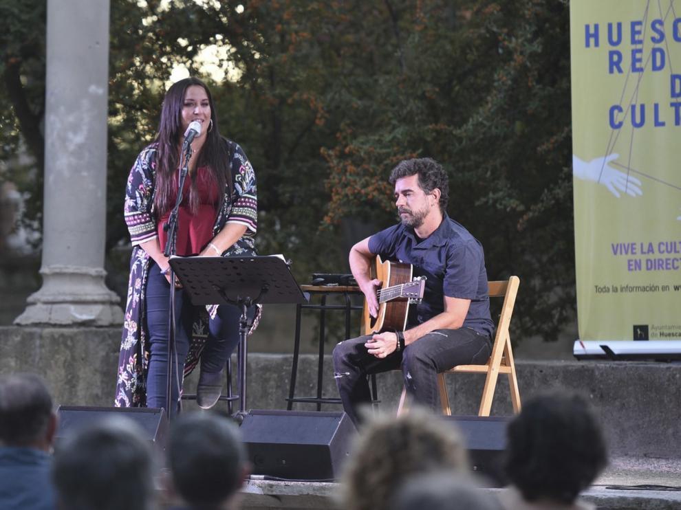 Noelia Rodríguez y Daniel Escartín interpretaron sus temas favoritos en el Parque Miguel Servet de Huesca