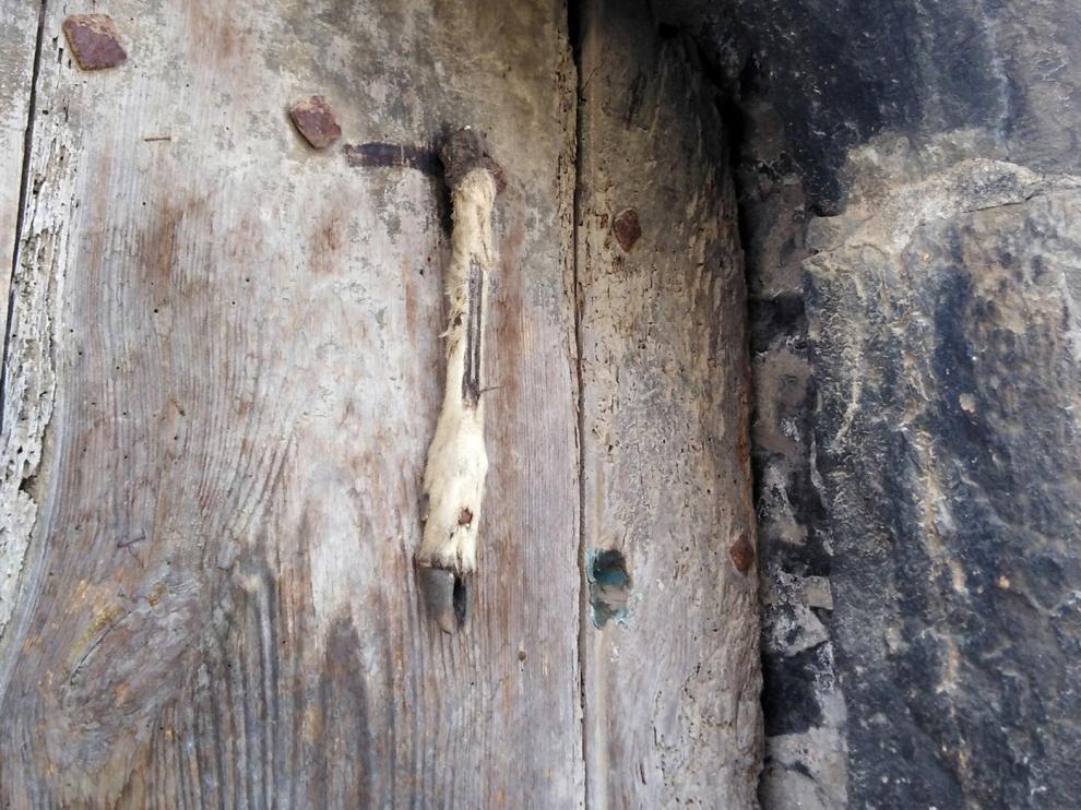 Protección en la entrada de casas antiguas en Labuerda