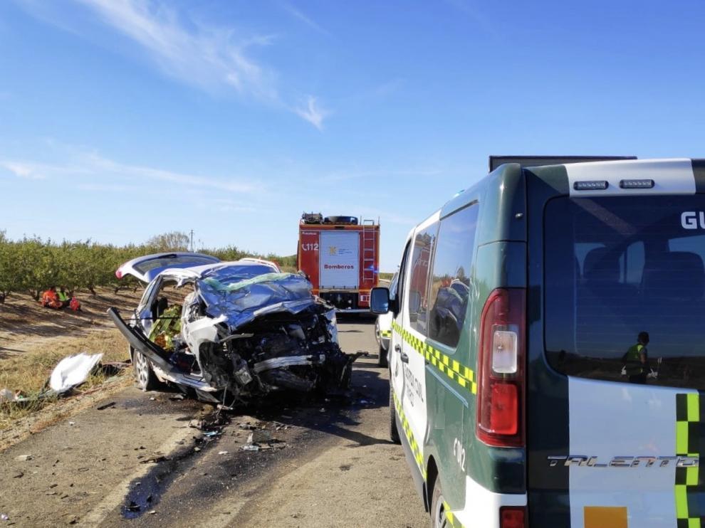 Un matrimonio y su hija, vecinos de Huesca, fallecen en una colisión entre un camión y un turismo a un kilómetro de Chalamera