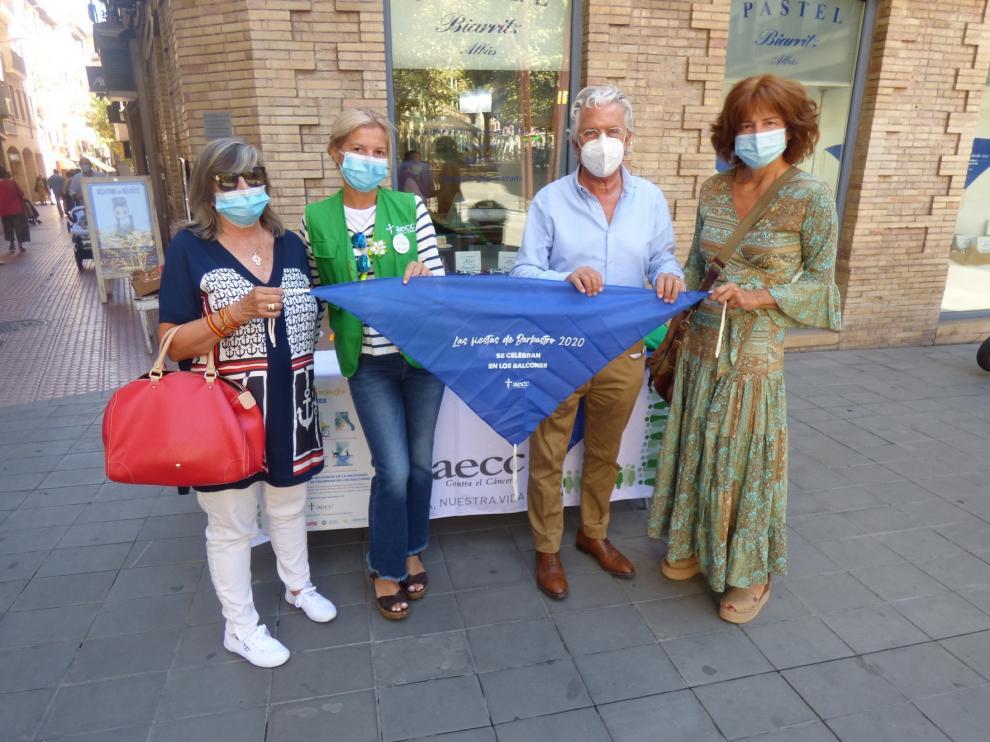 La AECC vende un total de 2.500 pañoletas solidarias en Barbastro