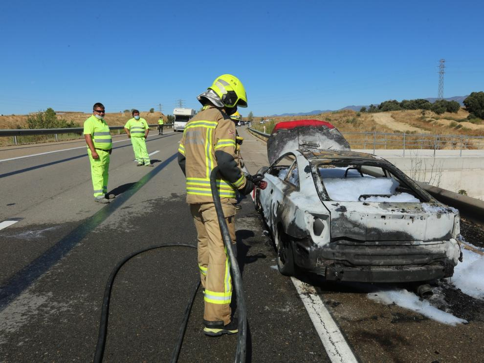 Un vehículo se incendia en la variante de Huesca