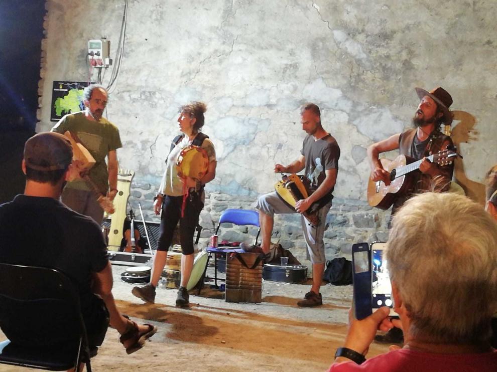 ¡Que llegan con burros los músicos de La Orquestina!