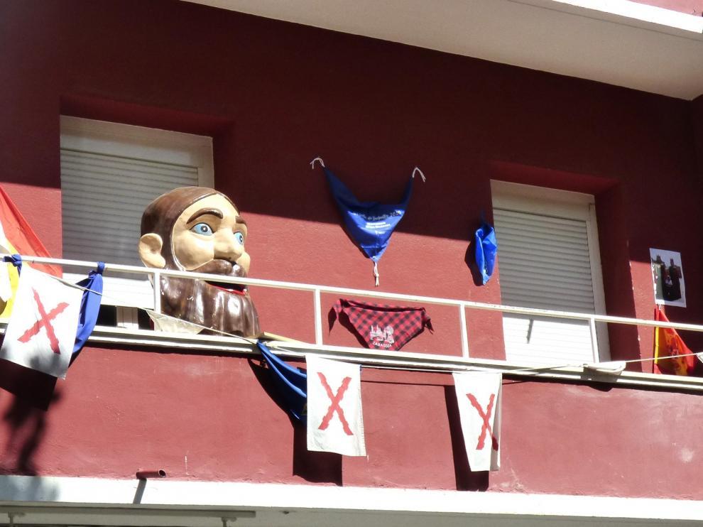 El Barbas que simboliza el nombre de Barbastro, en el balcón