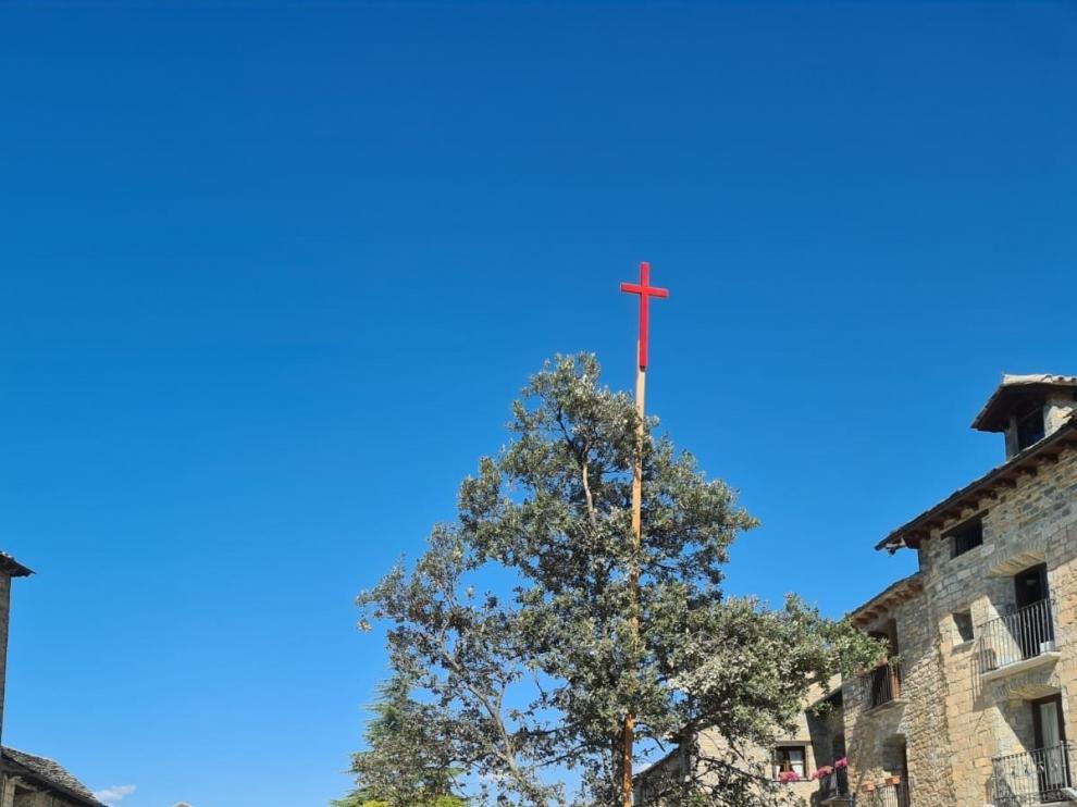 La carrasca con la cruz luce en la plaza de Aínsa pese a no haber fiestas