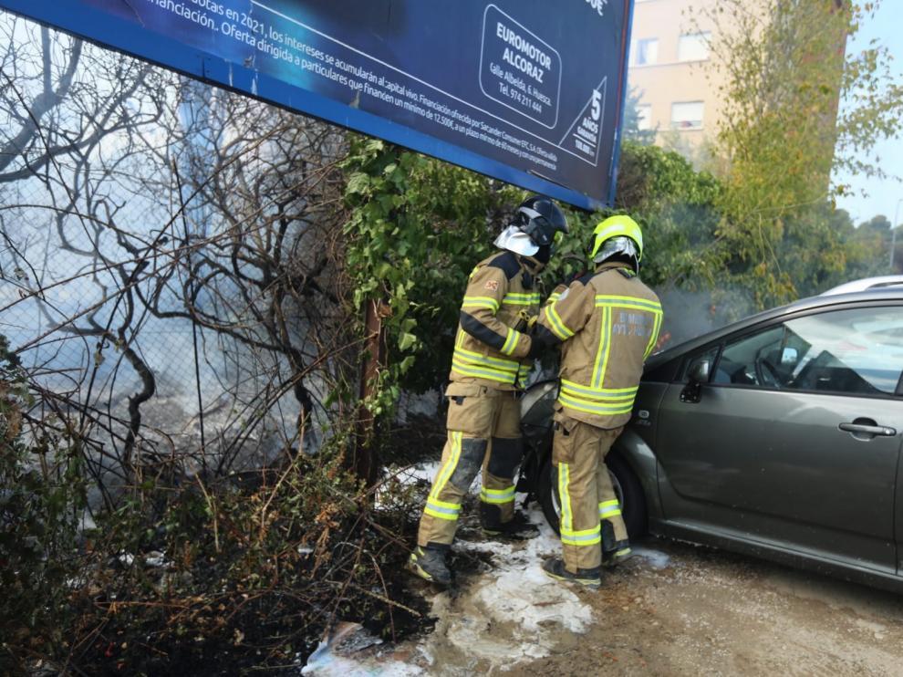 Un incendio arrasa árboles, matorrales y un turismo en un solar próximo a la Avenida de los Danzantes de Huesca