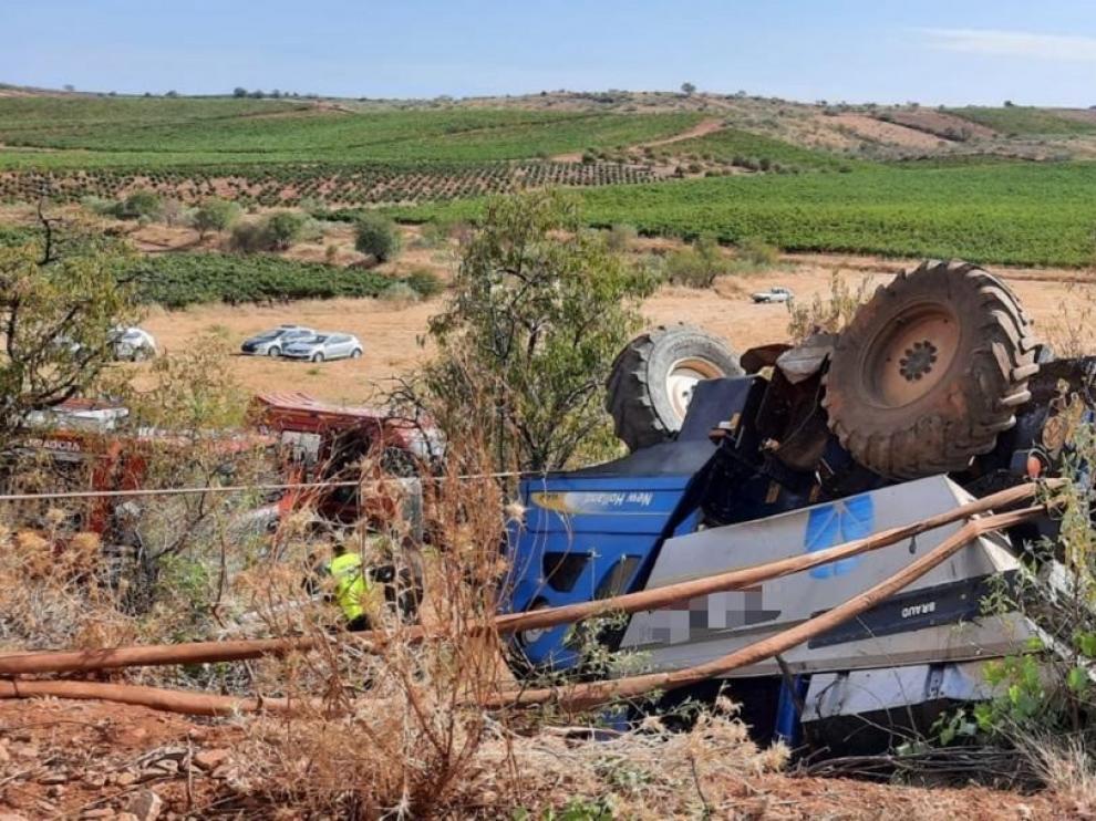 Fallece un hombre de 65 años al volcar una vendimiadora en Cariñena