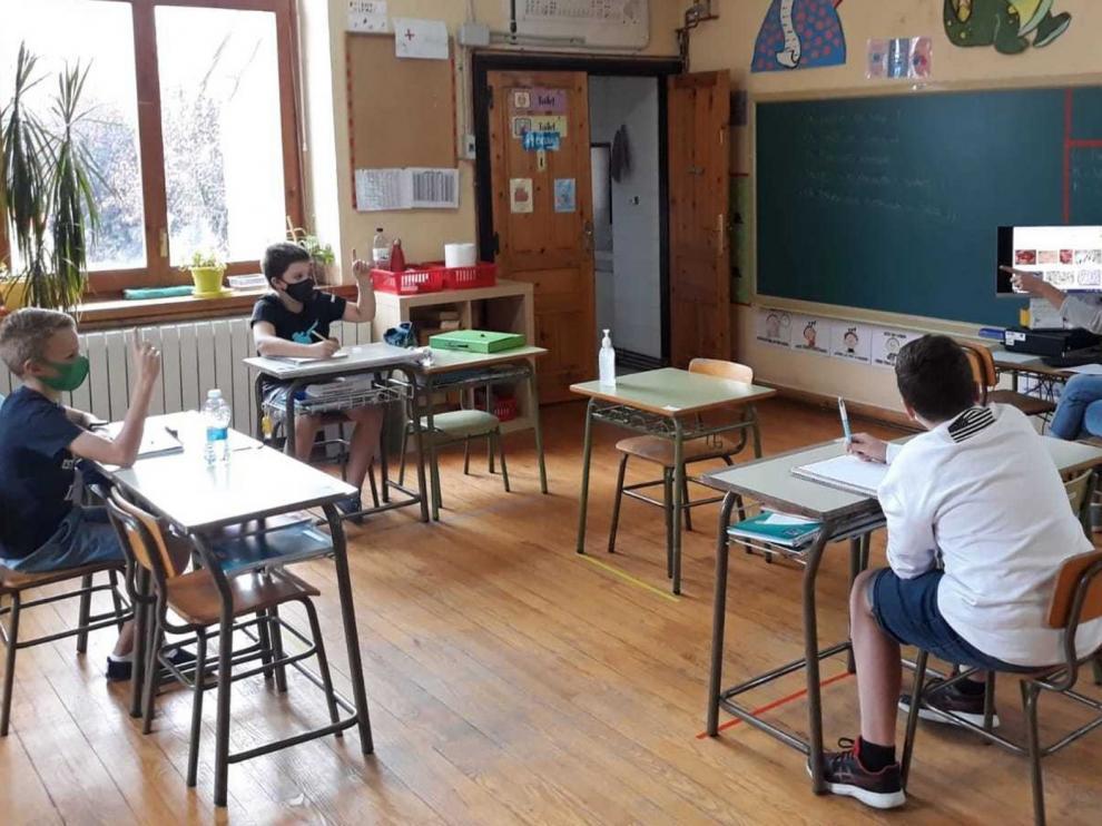 """El colegio """"burbuja"""" de Senegüé empieza con tres alumnos y amenazado de cierre"""
