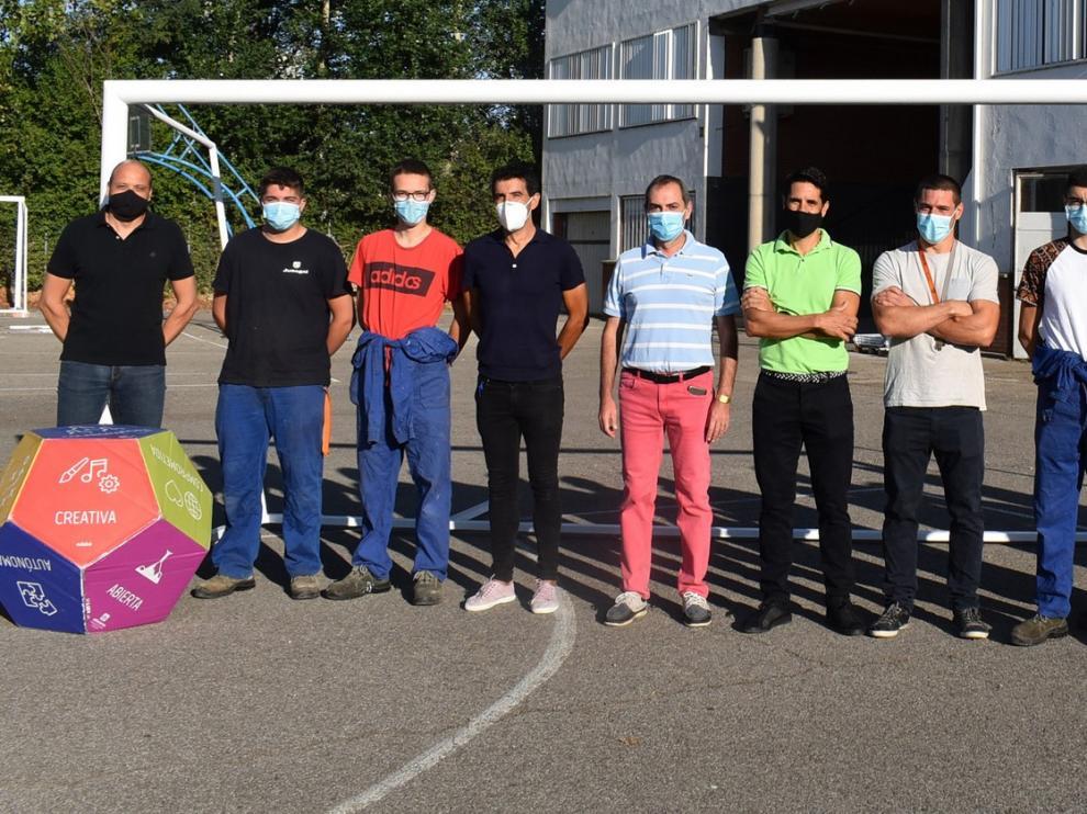 Alumnos de Salesianos de Monzón fabrican 4 porterías para los campos de fútbol municipales