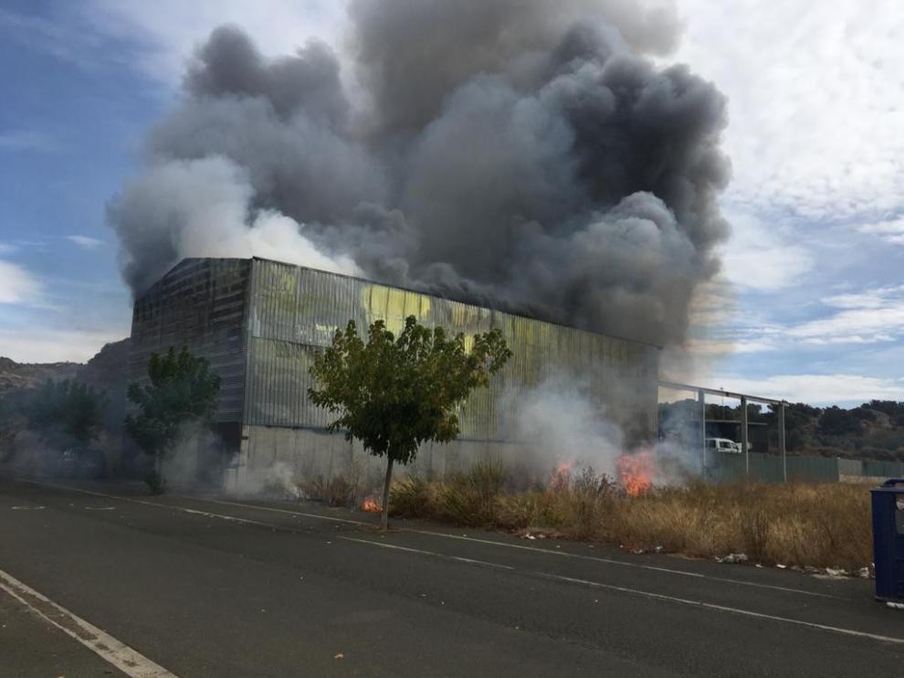 Un aparatoso incendio arrasa un desguace en Albelda
