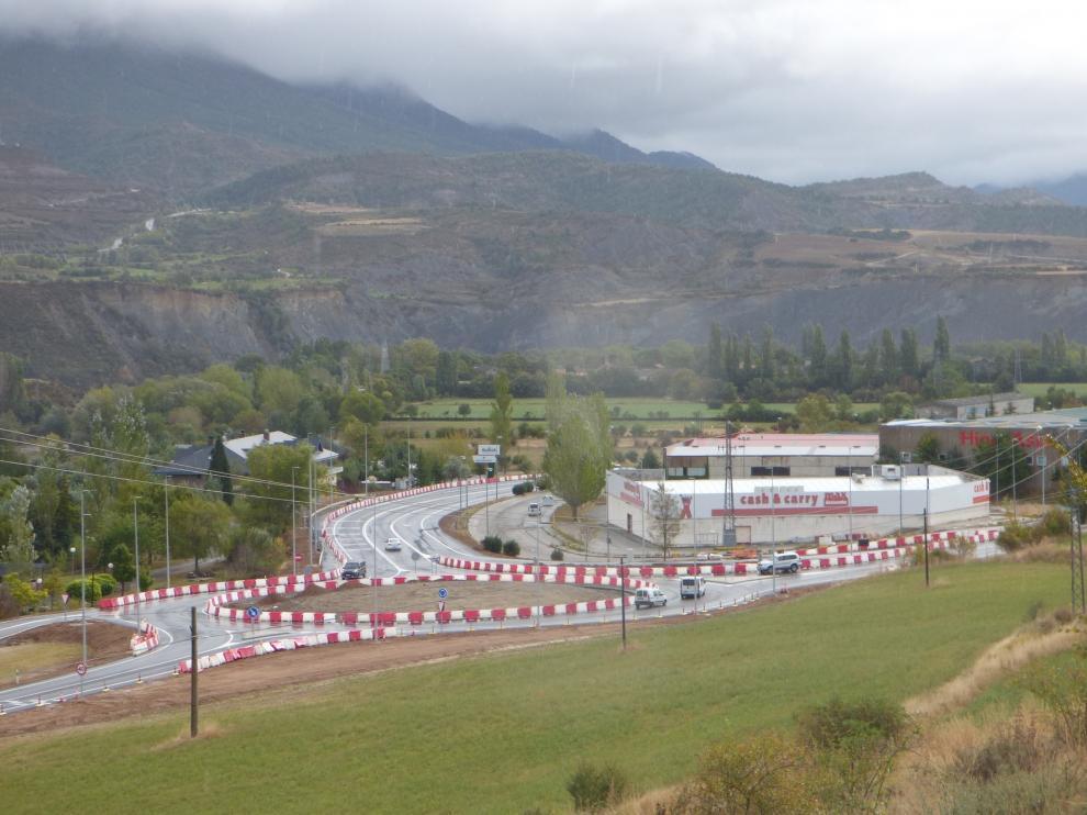 Se abre al tráfico la segunda rotonda de la N-330 en Sabiñánigo