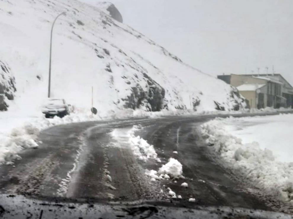 El Portalet reabre al tráfico y la nieve deja un manto de 25 centímetros