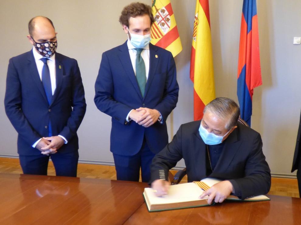 Auza firmó en el Libro de Honor del Ayuntamiento de Monzón