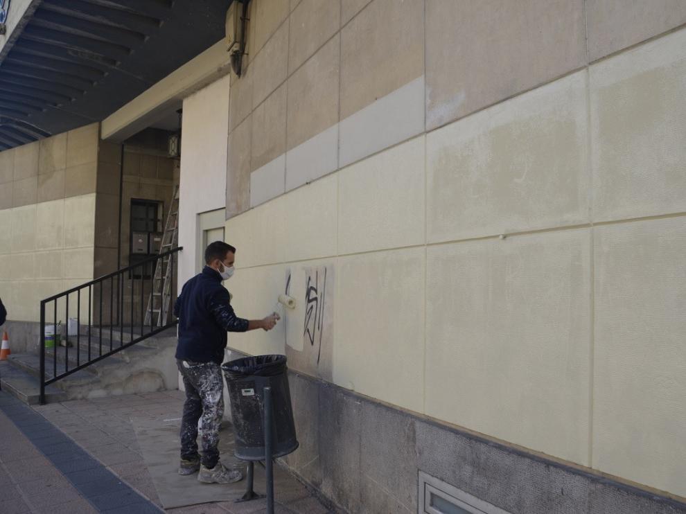 Barbastro inicia las labores de limpieza de pintadas
