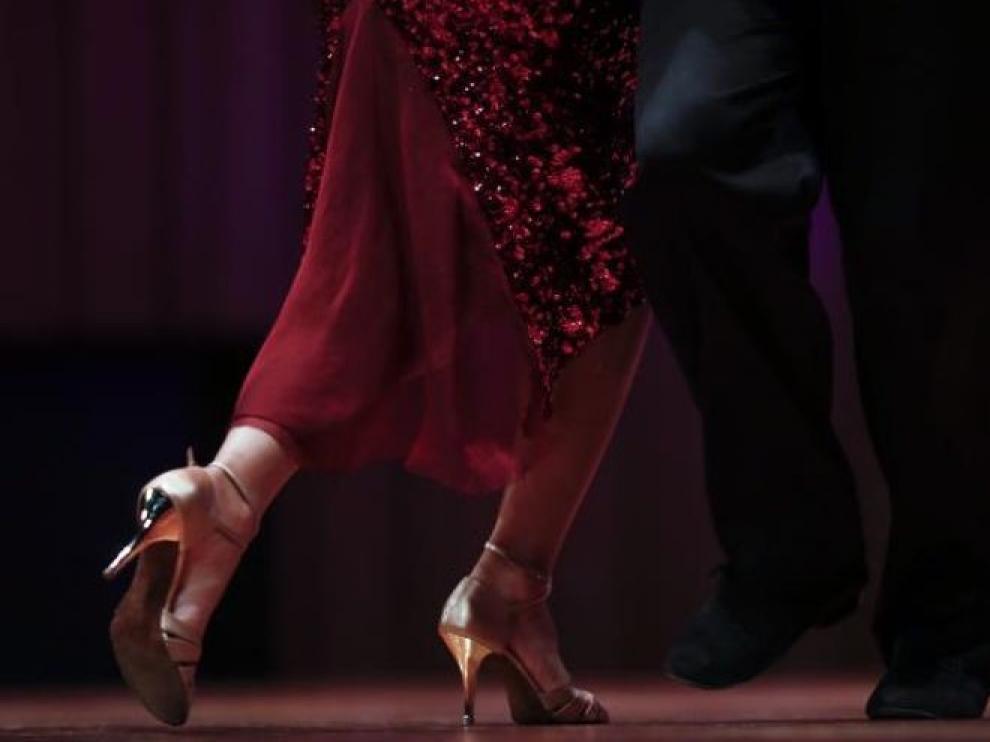 Bailar solo o con el palo de la escoba, el tango sigue vivo