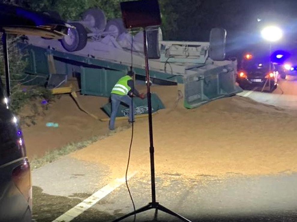 Vuelca un tractor con su carga en el cruce de la carretera de Bellestar del Flumen