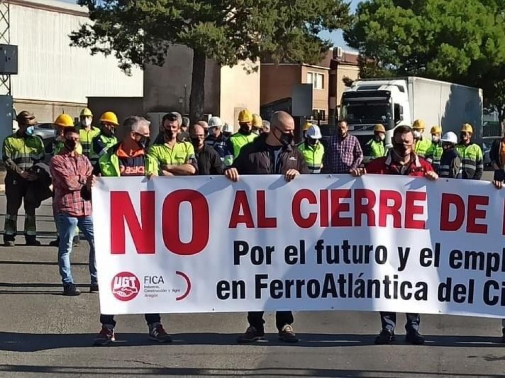 Trabajadores de Ferroatlántica se concentran en la planta y cortan veinte minutos uno de los acceso al polígono Paúles